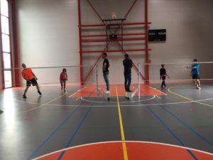 Personnes s'affrontant au badminton